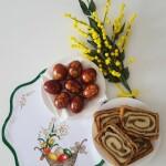 pirhi kuhani v čebulnih olupkih in orehova potica-min